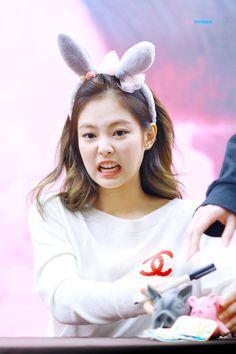Jennie going solo jendeuk t Blackpink Blackpink memes Kim Jennie, Jenny Kim, Kpop Girl Groups, Korean Girl Groups, Kpop Girls, Yg Entertainment, Kim Meme, Blackpink Memes, Blackpink And Bts