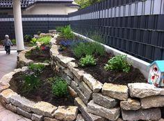 House Landscape, Garden Landscape Design, Stone Landscaping, Garden Landscaping, Garden Retaining Wall, Hillside Garden, Raised Garden Beds, Garden Planning, Backyard Patio