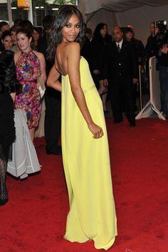 La actriz Zoe Saldana deslumbró en la MET Costume Institute con un minimalista vestido amarillo candy con escote palabra de honor y un collar gold con pinchos. (Detalle de la espalda).