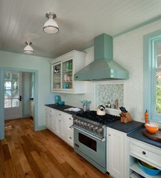 Waterside cottage located in Saugatuck, Michigan by J. Like the sea glass-colored Viking range via House of Turquoise House Of Turquoise, Turquoise Accents, Home Design, Interior Design, Design Design, Chair Design, Kitchenette, Pantone, Viking Kitchen