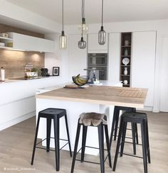 Incontournable cuisine blanche – Les planches d'ambiance Indispensable white kitchen - The atmospheric boards Cosy Kitchen, Kitchen Stools, Living Room Kitchen, Kitchen Decor, Kitchen Ideas, Bar Stools, Design Scandinavian, Wood Floor Pattern, Metal Homes