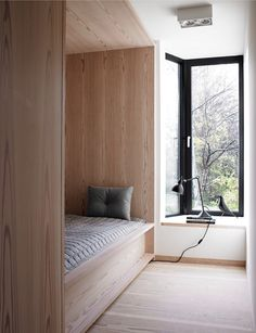 造作ベッドと出窓しかない超シンプルでコンパクトなベッドルーム