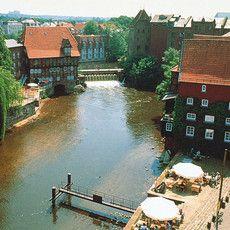 """Die Stadt """"Lüneburg an der Ilmenau"""" wird erstmals im 10. Jahrhundert urkundlich erwähnt und zählt heute über 70.000 Einwohner. Im Mittelalter war die Stadt Mitglied der Hanse und eine der wichtigsten Handelsstädte für Salz – damals eine Quelle des Reichtums für Lüneburg. Mehr unter: http://www.leuphana.de/universitaet/lueneburg/geschichte.html."""