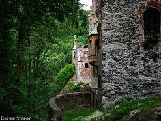 Burg / Schloss Hauenstein (CZ).  Die Burg Hauenstein (Zámek Horní Hrad) wurde vermutlich um 1300 errichtet im 19.Jahrhundert dann zu einem Schloss umgebaut 1958 wurde es aufgegeben und verfiel zur Ruine die im Moment prestauriert wird.  Burg Hauenstein ist bei mir auf Platz 1 in der Liste der übelsten Bauten die ich je gesehen habe. Nach dem man einen kleinen Obolus an der Kasse für den Eintritt hinterlassen hat kann man den einsturzgefährdeten Rohbau betreten. Eigentlich will ich gar nicht…
