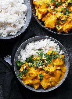 TÄYTELÄINEN KOOKOS-KASVISCURRY (V, GF) | Syötävän hyvä Food N, Food And Drink, Plant Based Recipes, Vegetarian Recipes, Curry, Menu, Koti, Vegan, Easy Dinners