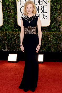 Nicole Kidman na turma do preto, com vestido bem acinturado com corset da Alexander McQueen