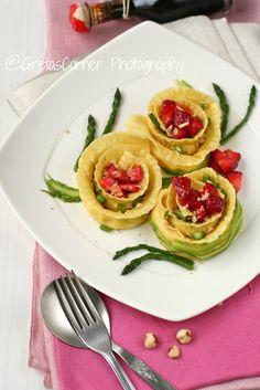 roselline ripiene di formaggi e balsamico con fragole, asparagi e nocciole