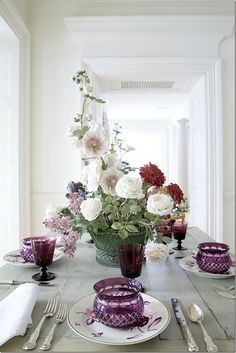 Carolyne Roehm ~ This table setting, in the vestibule, features the porcelain flowers of Vladimir Kavenesky. Roehm collects his flowers – they look so real. These are the flowers that are above her bed in the NYC apartment. Decoration Table, Table Centerpieces, Centrepieces, Ikebana, Dresser La Table, Beautiful Table Settings, Dinner Table, Floral Arrangements, Flower Arrangement