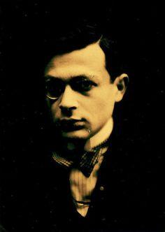 Tristan Tzara, seudónimo del poeta y ensayista Samuel Rosenstock (Rumanía,1896-1963). Uno de los autores más importantes del Dadá,