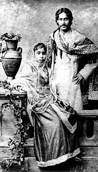 Rabindranath Tagore and his wife, Mrinalini Devi. Photo taken circa Rare Pictures, Historical Pictures, Rare Photos, Old Photos, Vintage Photos, Om Namah Shivaya, Tolkien, Nobel Prize In Literature, Rabindranath Tagore
