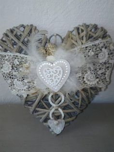 Coeur en osier naturel décoré de dentelles recyclage