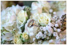 02-wedding-rings-in-bouquet