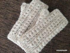 玉編みハンドウォーマーの編み図です^^親指は、編地に穴をあけておいて、後から編みだすタイプじゃなく、増し目しながら作るタイプにしてみました。左右まったく同じに編むので、そんなに難しくなく編めると思います^^この糸、zakkaさんのラーラとい