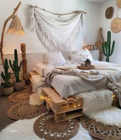 Pallet beds are of great interest because they are useful, long-lasting and suitable for every style. Here are the beautiful pallet bed ideas. Boho Teen Bedroom, Boho Bedroom Decor, Boho Room, Room Ideas Bedroom, Bedroom Designs, Master Bedroom, Bohemian Bedrooms, Diy Pallet Bed, Bed Frame Pallet