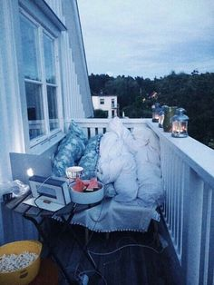 Are you dreaming to have such a cozy balcony? So make it come true, Balcony is some place useful if we decorate it well. Fun Sleepover Ideas, Couples Apartment, Apartment Goals, Cheap Apartment, Apartment Therapy, Cozy Apartment, Bedroom Apartment, Cute Date Ideas, Dream Dates