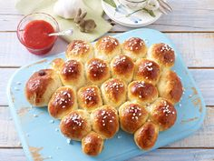 Yeast biscuits for Easter - recipes for cute wreaths, braids and bunnies - Süßes und Kuchen - Easter Yeast Biscuits, Easter Bun, Easter Lamb, Easter Food, Galette, Easter Recipes, Food Inspiration, Kids Meals, Baking Recipes