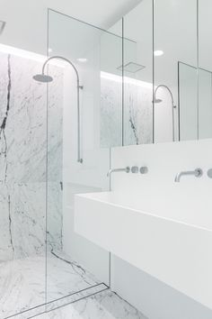 Another beautiful renovation by C+M Studio … white, modern & minimalist, this terrace house in Paddington, Sydney has understated style and tranquil charm written all over it Grey Marble Bathroom, Master Bathroom, Marble Wall, Marble Floor, Bad Inspiration, Bathroom Inspiration, Beautiful Interior Design, Home Interior Design, Modern Baths