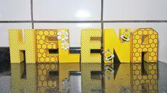 Letra 3D Abelhinha confeccionada em papel colorplus 180g.  Decoradas com apliques em relevo de abelha, flores.  Estampa Xadrez e Aplique cortado em papel colorplus 180g no formato de colméia.    Pode ser personalizado em outras cores.  Consulte-nos!