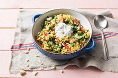 Schnelle, indische Spinat-Reispfanne mit Cashewnüssen und Koriander-Joghurt Rezept | HelloFresh