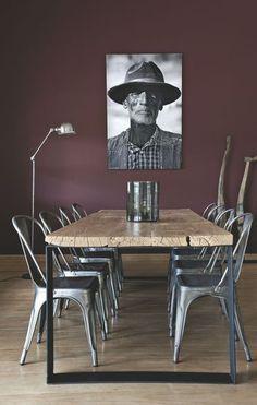 Couleur Pantone 2015: Marsala. Salle à manger style industriel, chaise Tolix, lampe Jieldé et table metal et bois. Pantone Color, industrial style dining room