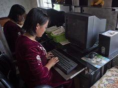 """""""Cuando visitas a familias, a los guías les encanta que tomes fotos para mostrar al mundo que los jóvenes tienen ordenadores. Pero cuando ven que no hay electricidad, te piden que las borres"""" Eric Lafforgue."""
