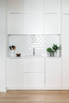 Detalhe lavatório: Cozinhas escandinavas por Arkstudio Kitchen Sets, Home Decor Kitchen, Interior Design Kitchen, Kitchen Furniture, Home Kitchens, Small Space Living, Home Renovation, Living Room Designs, Kitchen Remodel