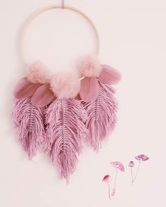 deko herbst Pompoms & feathers _____________________ It's Wednesday and it's pink Macrame Wall Hanging Diy, Macrame Art, Macrame Projects, Pom Pom Crafts, Yarn Crafts, Diy Home Crafts, Diy Arts And Crafts, Crochet Dreamcatcher, Creation Deco