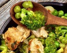 Poêlée light de légumes verts au poulet et croquant de cacahuètes : http://www.fourchette-et-bikini.fr/recettes/recettes-minceur/poelee-light-de-legumes-verts-au-poulet-et-croquant-de-cacahuetes.html