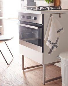Szabadon álló konyhai sütő szekrény, lábakon