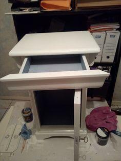 petit meuble en merisier peint en blanc et mélange de bleu