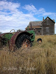 Not a or mill but still a part of Americana. Old farm house and tractor sadly forgotten. Old Buildings, Abandoned Buildings, Abandoned Places, Abandoned Cars, Abandoned Mansions, Abandoned Farm Houses, Old Farm Houses, Country Farm, Country Life
