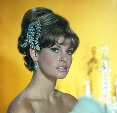 Raquel Welch , 1966 Hollywood Icons, Hollywood Stars, Hollywood Actresses, Raquel Welch, Classic Actresses, Beautiful Actresses, Female Movie Stars, Glamour Photo, Retro Hairstyles