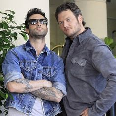 Blake Shelton in Crome.having fun with Adam Levine from Maroon 5 Maroon 5, Adam Levine, Country Singers, Country Music, Country Artists, Beautiful Men, Beautiful People, Hello Gorgeous, Pretty Men