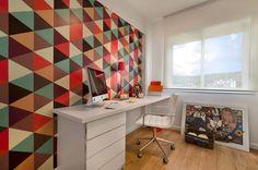 (De CR Arquitetura&paisagismo) Home office clean com papel de parede em formas geométricas que deu vida ao ambiente