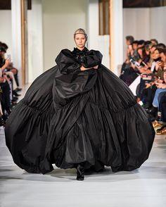 From WGSN Catwalks: Maison Margiela - Haute Couture Spring/Summer 2017 Fashion Week, Runway Fashion, Fashion Models, Fashion Show, Fashion Design, Style Couture, Couture Week, Haute Couture Fashion, Collection Couture