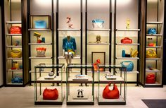 Bottega Veneta, the Italian house known for its woven leather goods has expanded to ready-to-wear, including a resort line, under its veteran designer Tomas Maier. Handbag Display, Shoe Display, Bag Store Display, Display Ideas, Gift Shop Displays, Clothing Store Displays, Boutique Interior, Shoe Store Design, Boutique Accessoires