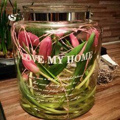 Lentegevoel met tulpen in huis.