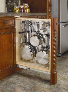 Всего лишь сетка на дверце шкафа, а какая экономия кухонного пространства