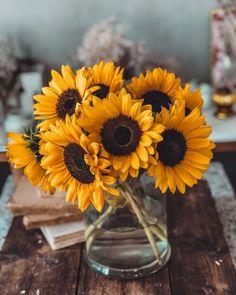 La Maglia Ricamata e Altre Cose Belle. (Things That Inspire Me) | Cool Chic Style Fashion Flower Centerpieces, Flower Arrangements, I Cool, Site Design, Floral Bouquets, Decor Interior Design, Inspire Me, Glass Vase, Floral Design