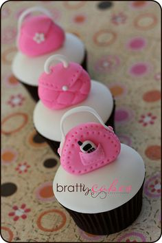 No idea how to decorate your cupcakes, so they are looking cute and girly? Here's a collection of adorable girly cupcakes. Purse Cupcakes, Sweet Cupcakes, Fondant Cupcakes, Yummy Cupcakes, Cupcake Cookies, White Cupcakes, Girl Cupcakes, Deco Cupcake, Cupcake Wars