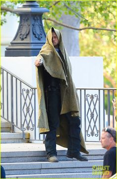 01756f6d3b05 Charlie Hunnam points a gun while going undercover for a scene in the final  season of