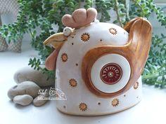 zvonek Kdákalka Keramický ručně modelovaný zvonek,který je glazovaný barvami s efekty. Krásná dekorace nejen velikonoční. velikost...12cm výška,10,5cm šířka