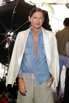 Crew's Jenna Lyons leads the fashion pack. Take a look at some of our favorite Jenna Lyons outfits in denim. Denim Fashion, Girl Fashion, Fashion Outfits, Fashion Tips, Fashion Clothes, Half Tucked Shirt, Look Camisa Jeans, Jeans And T Shirt Outfit, Denim Shirt