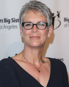 Davis Vision - Jamie Lee Curtis proves that glasses look good at any age. Jamie Lee Curtis Haircut, Jamie Leigh Curtis, Jennifer Aniston, Short Hair Cuts, Short Hair Styles, Pixie Cuts, Celebrities With Glasses, Silver Hair, Celebrity Pictures