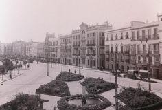 Año 1930, el paseo de Canalejas con el desaparecido palacio de los marqueses de Angulo derribado  en los años  70´