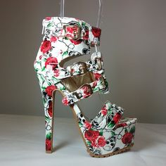 Tendance chausseurs : White open toe sandal heels with multiple straps floral print and skull detaili Sandal Heels, Shoes Heels, High Heels, Cute Heels, Open Toe Sandals, Shoe Box, Clubwear, Wedding Shoes, Print Patterns