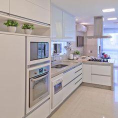 """""""Uma cozinha toda branquinha, prática e super clean pode ser sua escolha...  {Projeto Mariane e Marilda Baptista, via @arqmbaptista} #cozinha #kitchen…"""""""