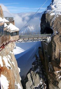 Aiguille du Midi - ponte pedonale tra le due guglie (cime) dell' Aiguille du Midi - Chamonix, Haute-Savoie, Francia