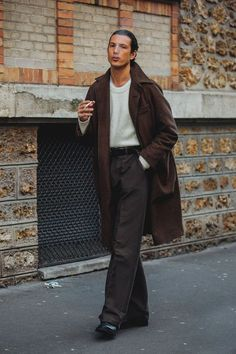 Click through for the best street style looks spotted at Paris Menswear Fashion Week Fall/Winter captured live by Jonathan Daniel Pryce. Mens Street Style 2018, Street Style Vintage, Best Street Style, Men Street, Cool Street Fashion, Mens Fashion 2018, Best Mens Fashion, Look Fashion, Fashion Design
