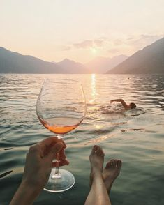 Shared by cinderelamodernizada. Find images and videos about sea, ocean and swim on We Heart It - the app to get lost in what you love. Fotografia Retro, Couple Photography, Travel Photography, Foto Casual, Summer Aesthetic, Foto Pose, Travel Couple, Summer Vibes, Summer Art